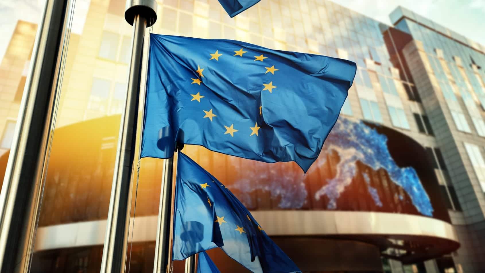 EU-Fahnen wehen vor einem Gebäude in Brüssel
